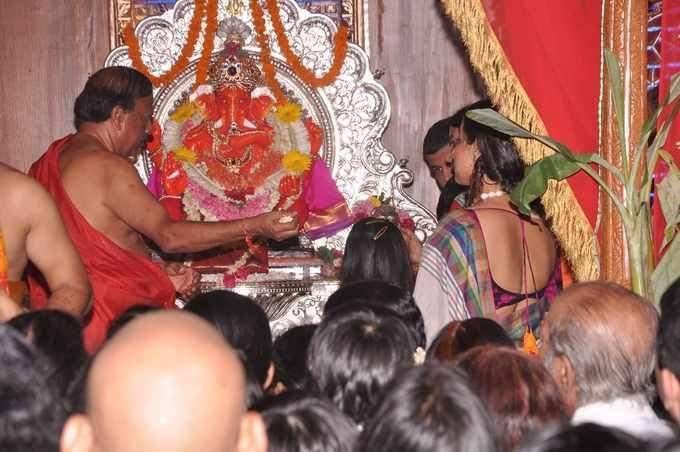 Vidya Balan Offers Prayers At Siddhivinayak Temple