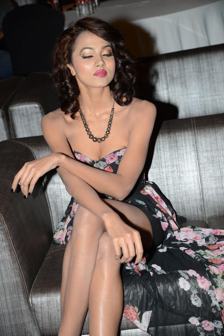 Aaradhana Strapless Dress Sexy Pic At Satya 2 Movie Audio Release Event