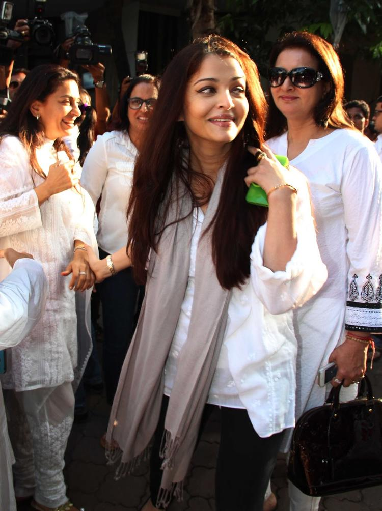 Aish During The Madhuri Dixit's Father Prayer Meet