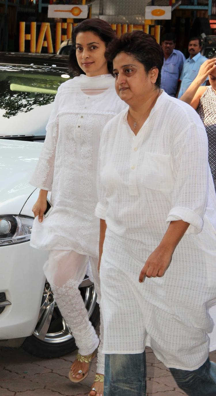 Juhi Attended The Prayer Meet Of Madhuri Dixit's Father