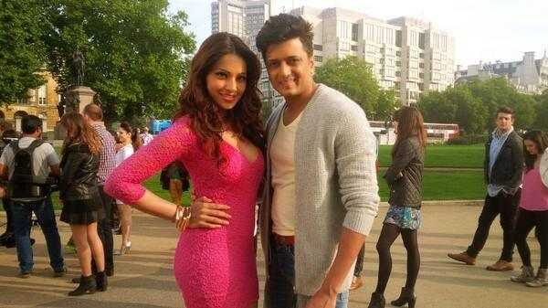 Bipasha And Riteish Posed For Camera On The Sets Of Hum Movie