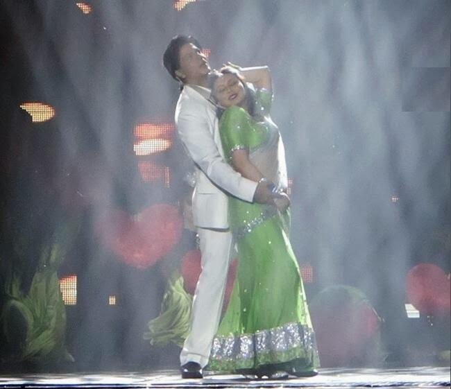 SRK And Rani Strike A Romantic Pose While Performing In Sydney