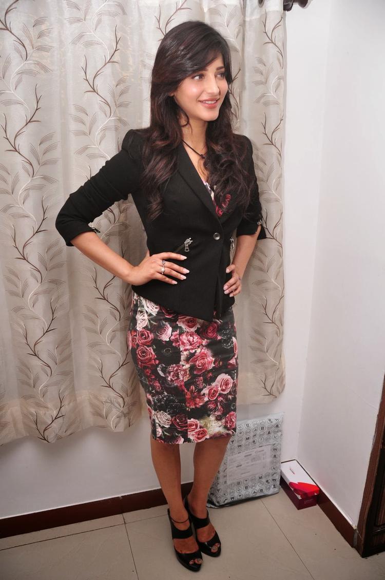 Shruti Haasan Glamour Look During The Press Meet Of Ramayya Vastavayya