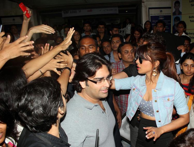 Hrithik And Priyanka Meets Fans At Mumbai's Mithibai College For Promoting Krrish 3