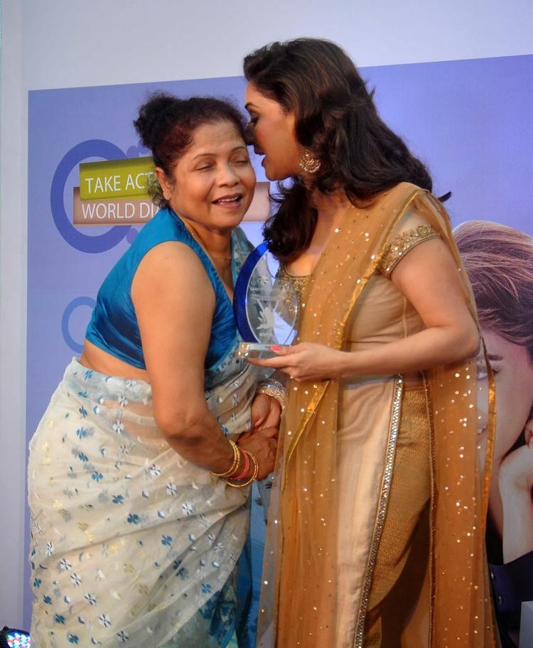 Madhuri Gives Award To A Lady At Sanofi's Diabetes Awareness Event