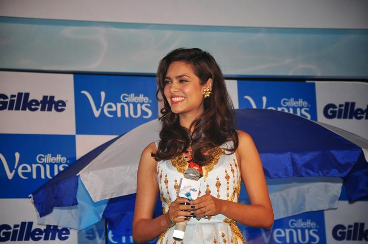 Esha Gupta Smiling Pic During The Launch Of Gillette Venus Razor