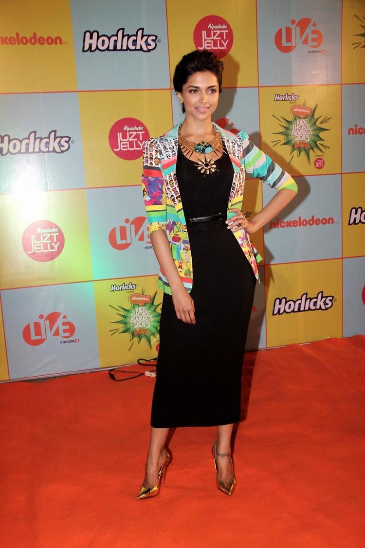 Sizzling Deepika Strikes A Pose On Red Carpet At Nickelodeon Kids Choice Awards