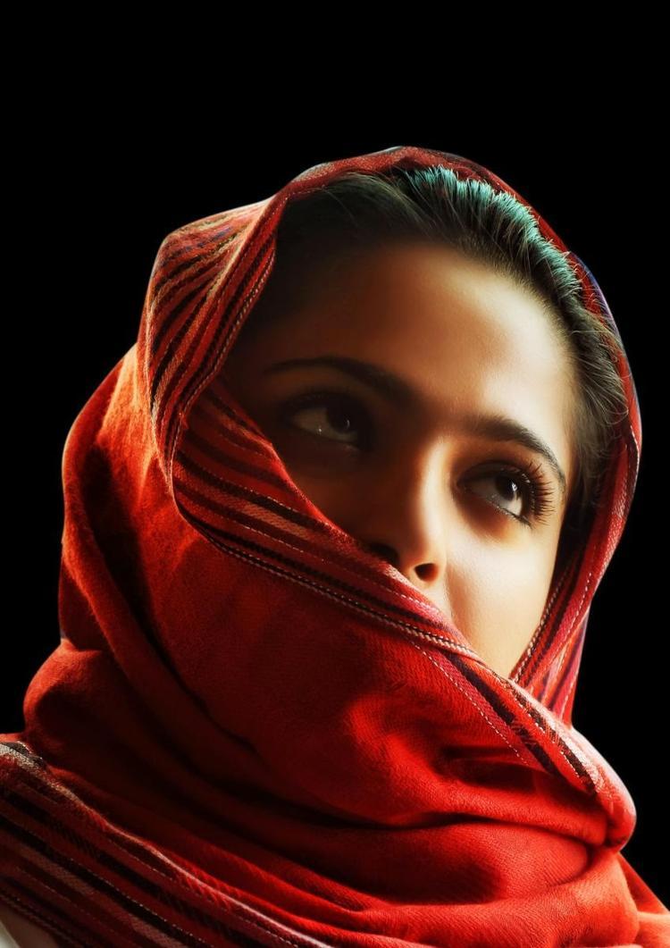 Anushka Shetty Dazzling Eyes Still From Varna Telugu Movie