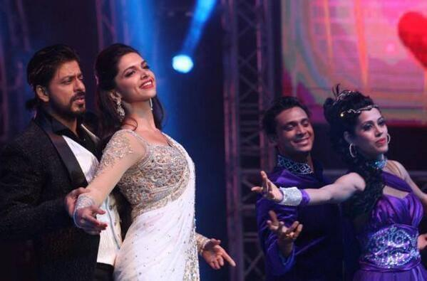 SRK And Deepika Rocked On The Stage In Dubai At Access All Areas Concert 2013