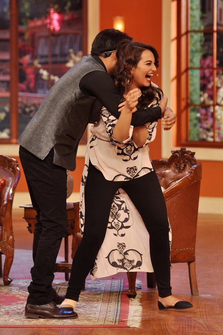Kapil Hug Sonakshi At Comedy Nights with Kapil Show