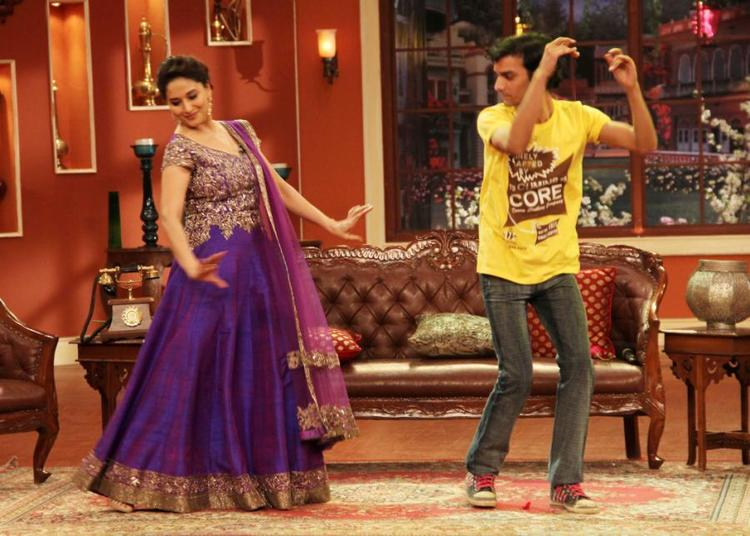 Madhuri Dance Steps With A Fans At Dedh Ishqiya Promotion At Comedy Nights With Kapil Sets