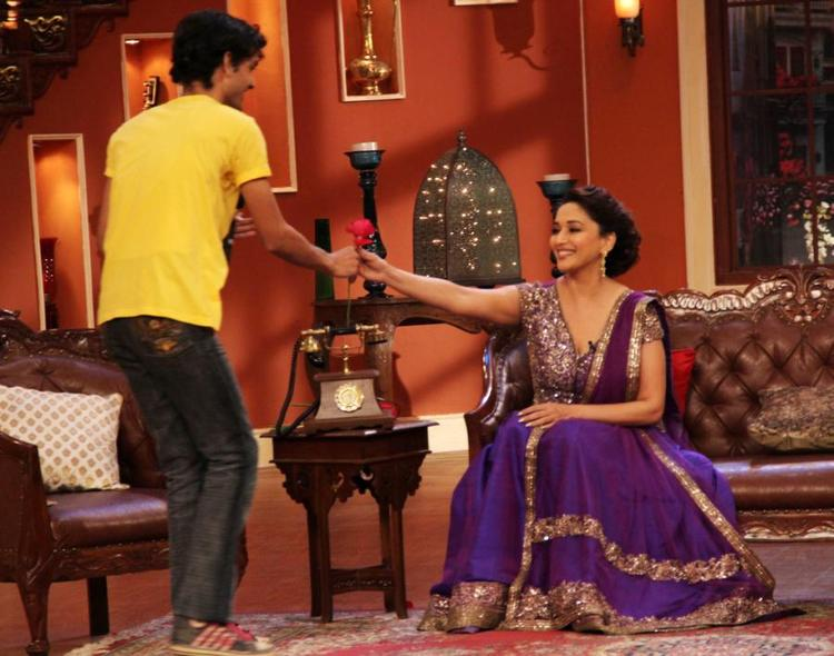 Madhuri Receive Rose From A Fan At Comedy Nights With Kapil Show