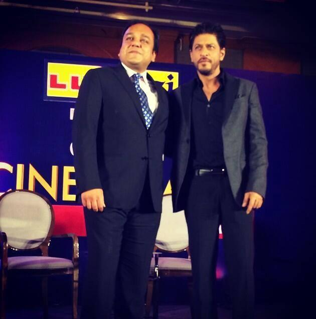 Punit Goenka And Shahrukh Khan Posed During The At Zee Cinema Awards 2014 Press Conference Promotional Event