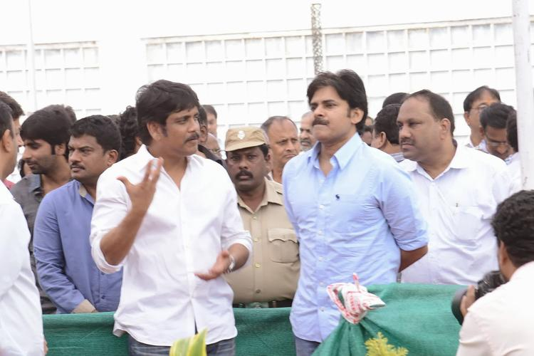 Tollywood Stars Nagarjuna And Pawan Attend Akkineni Nagesh Rao Death