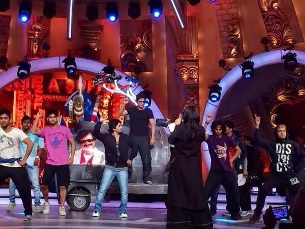 King Khan Shahrukh Khan Rehearsing For Zee Cine Awards 2014