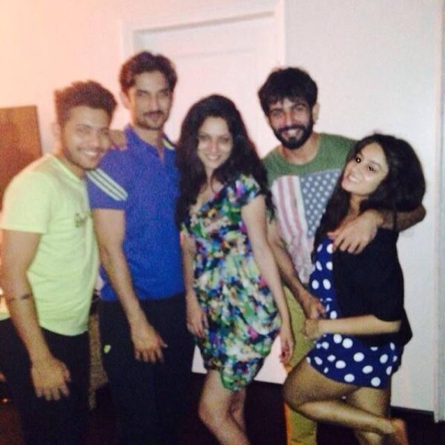 Sushant Party With Her Girlfriend And Close Friends
