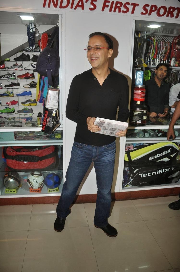 Vidhu Vinod Chopra With Book At The Launch Of The Book 'Sagar Movietone
