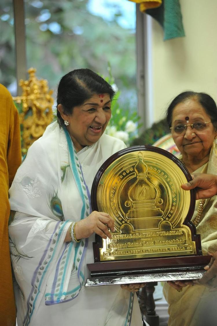 Bharat Ratna Lata Mangeshkar Receives First Sathkalaratna Puraskar