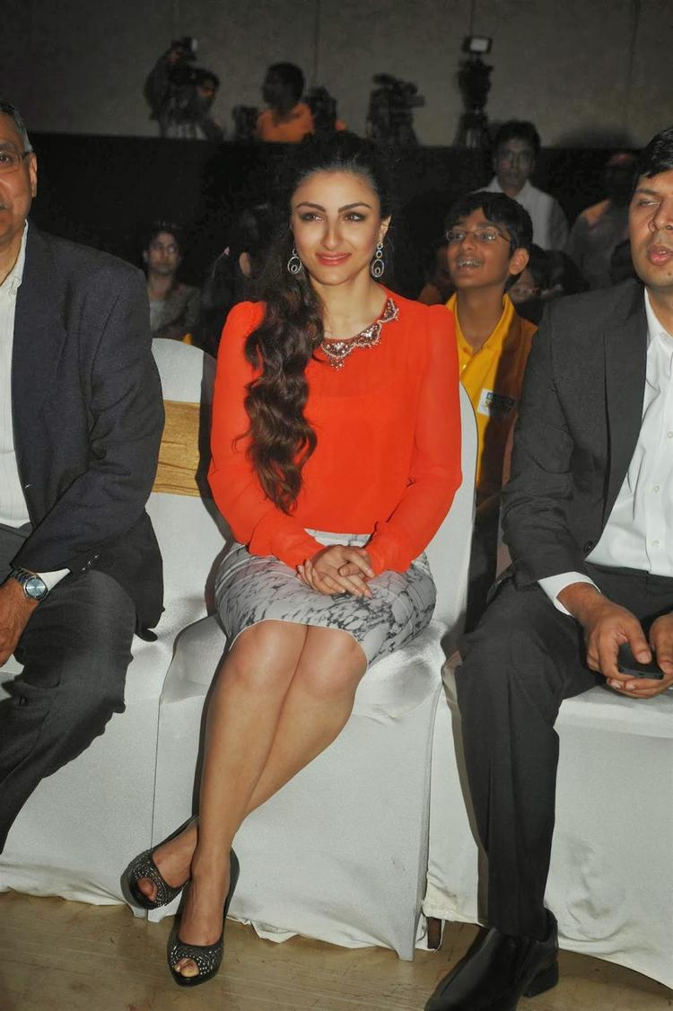 Soha Ali Khan Sizzling Look At Classmate Spell Bee Champ 2014 Event