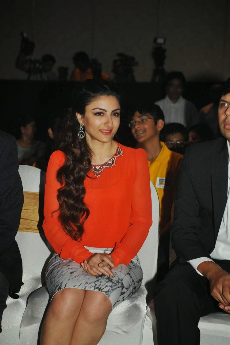 Soha Ali Khan Smiling Look At Classmate Spell Bee Champ 2014 Event