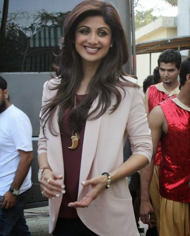 Shilpa Shetty Cool Smiling Pose On The Sets Of Boogie Woogie During The Promotion Of Dishkiyaoon Movie