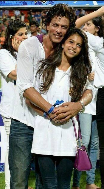 Shahrukh Pose With His Daughter Suhana Khan On The Stadium