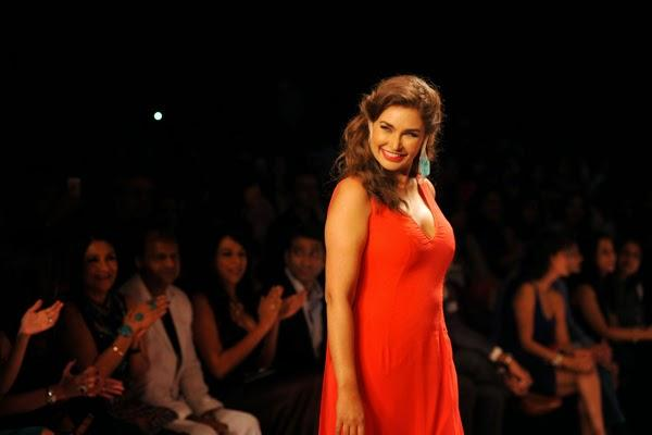 Lisa Ray Walked The Ramp For Farah Khan Presented By GII Show At The IIJW