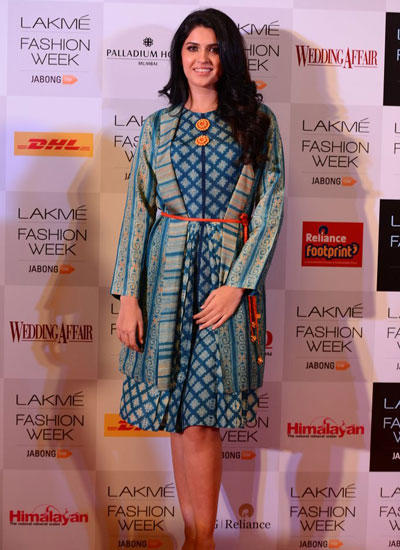 Deeksha Seth Flashes Smiling In Red Carpet At LFW Winter/Festive 2014 Curtain Raiser