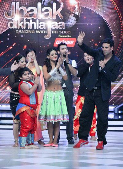 Akshay Kumar Promotes Entertainment With Contestants On The Sets Of Jhalak Dikhhla Jaa 7