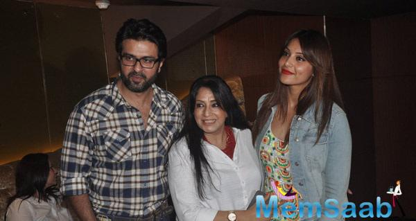 Harman Baweja And Bipasha Basu Posed With Bipasha's Mother During Creature 3D Screening