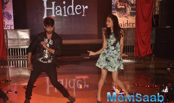 Shahid Kapoor And Shraddha Kapoor Shakes Their Legs With The Flash Mob At Haider Song Launch