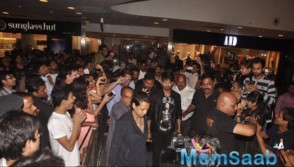 Shahid Kapoor Arrived At The Flash Mob For Launch The Haider Movie Song