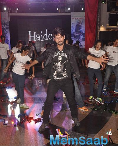 Shahid Kapoor Performs With The Flash Mob At Haider Song Launch