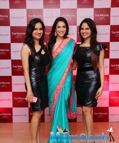 Riddhi And Siddhi Strikes A Stunning Pose With A Celeb During Their Cocktail Bash