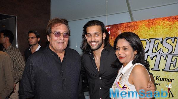 Vinod Khanna Attend The Nephew Akhil Kapur Debut Film Desi Kattey Special Screening