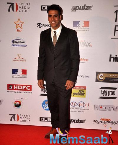 Akshay Kumar Smiling Pose On Red Carpet During The Opening Ceremony Of 16th Mumbai Film Festival 2014
