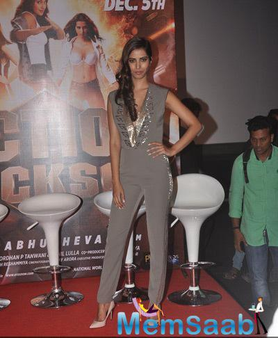 Manasvi Mamgai Sizzling Pose On Red Carpet At The Trailer Launch Of Film Action Jackson