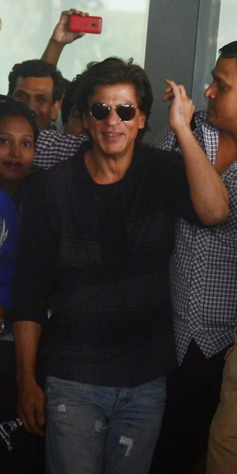 Shah Rukh Khan Dashing Stylish Look In Kolkata During The Promotion Of HNY