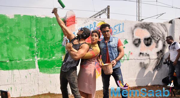 Ranveer Singh,Parineeti Chopra And Ali Zafar Turned Graffiti Painter For Promoting Kill Dill
