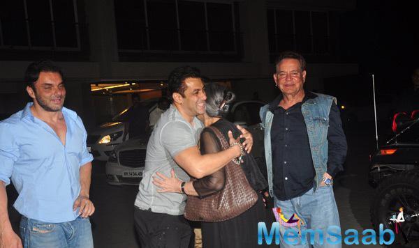 Salman Hugs His Mom Salma,Brother Sohail And Dad Salim Cool Look At Salma Khan Birthday Bash