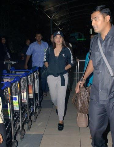 Sonakshi Sinha Spotted At Mumbai Airport After Her Movie Lingaa Promotion