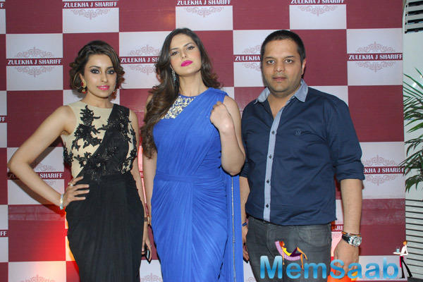 Zarine Khan Posed With Friends During Zluekha Shariff Collection Launch