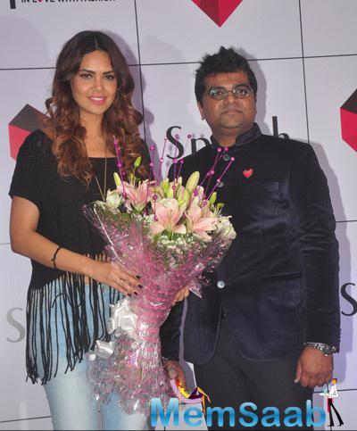 Esha Gupta Holding Bouquet Of Rose Flowers