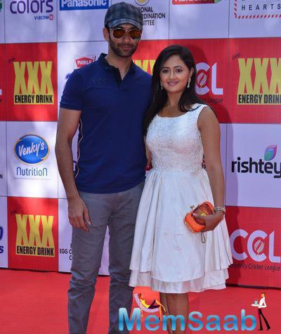 Nandish Sandhu Posed With Wife Rashami Desai At CCL Red Carpet 2015