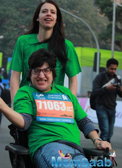 Kalki Koechlin Cheering The Participants At The Standard Chartered Mumbai Marathon 2015