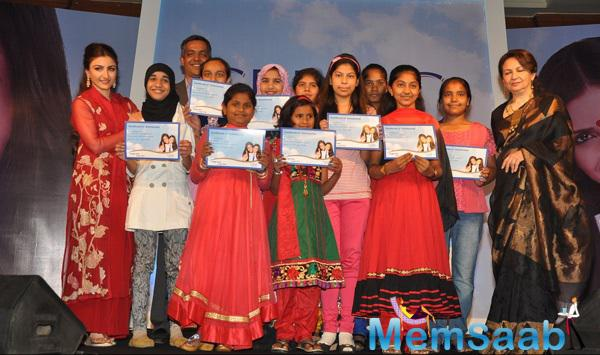 Soha Ali Khan And Sharmila Tagore Posed With Girls At The Clinic Plus Charity Event
