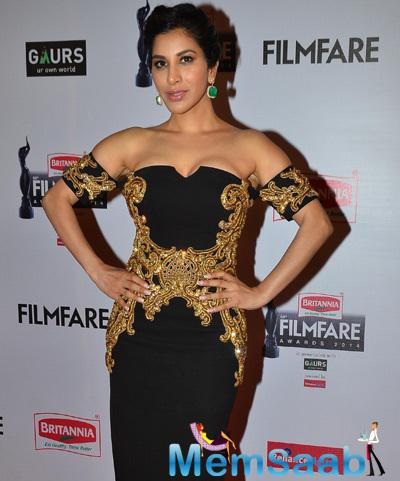 Sophie Choudry In Monisha Jaising Radiant Hot Look At 60th Britannia Filmfare Awards 2015