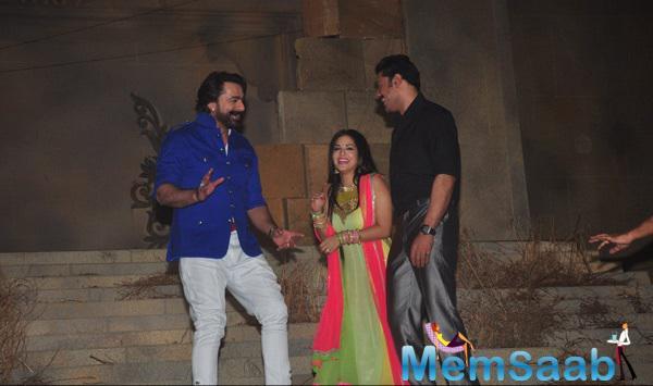 Sunny Leone Cool Pose On The Sets Of Film Ek Paheli Leela