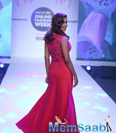 Esha Gupta Flaunts Her Sexy Back On Ramp At Jabong Online Fashion Week 2015