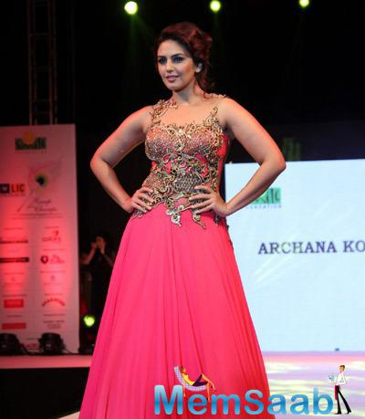 Huma Qureshi In Pink Outfit Beautiful Look During Smile Foundation Ramp Show